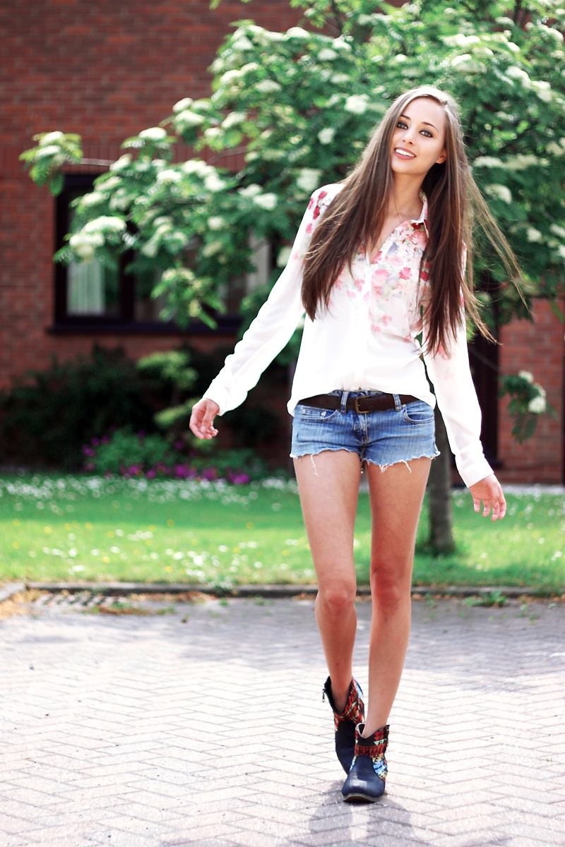lovely summer outfits with shorts boots